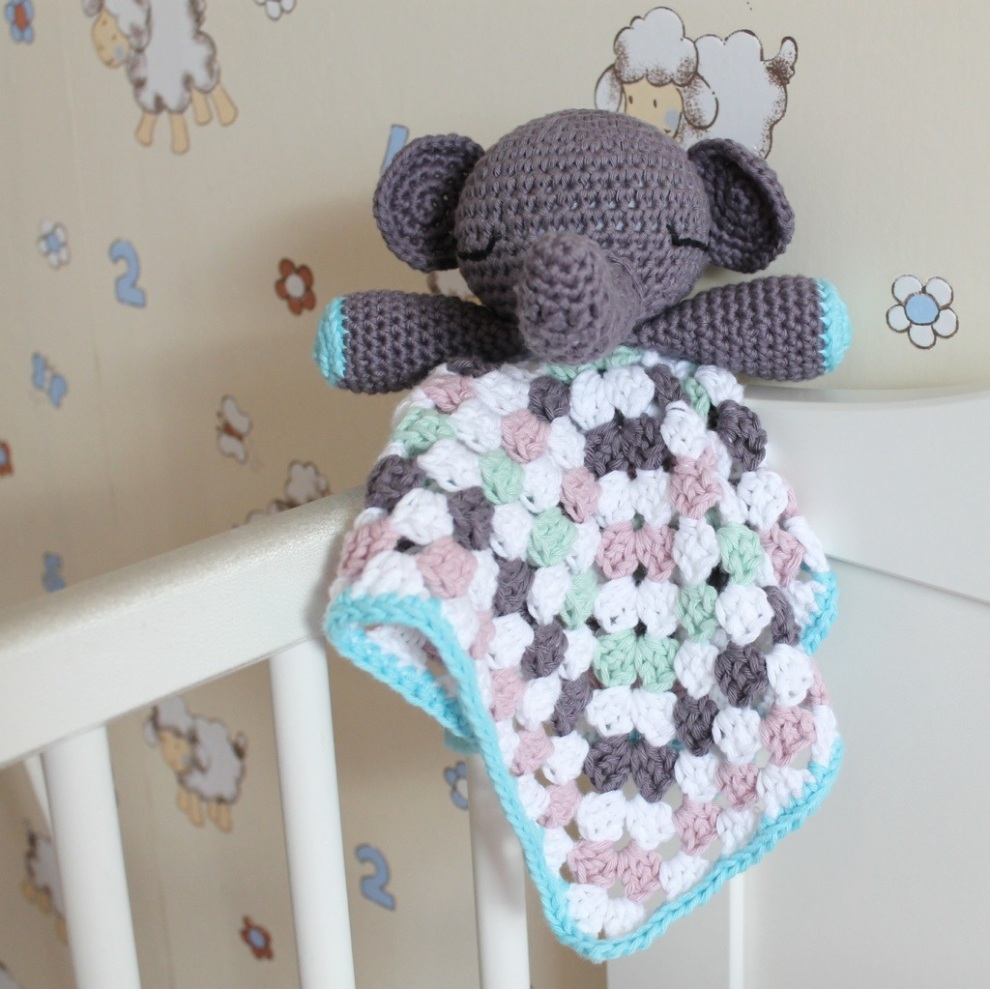 Elephant Snuggle on missneriss.com - free pattern by dendennis.nl
