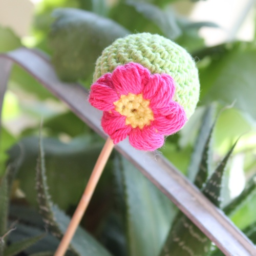 Spring Bloom crochet cake pop on missneriss.com