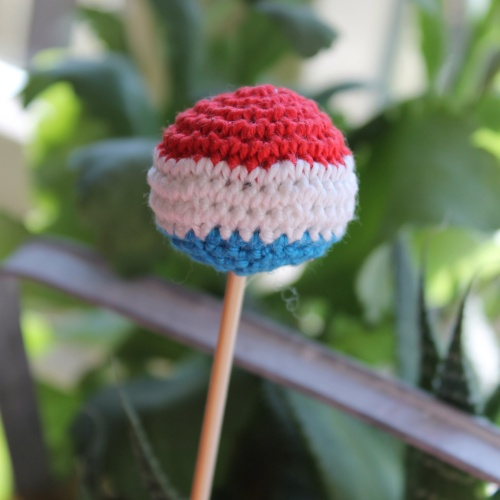 Dutch Flag crochet cake pop on missneriss.com