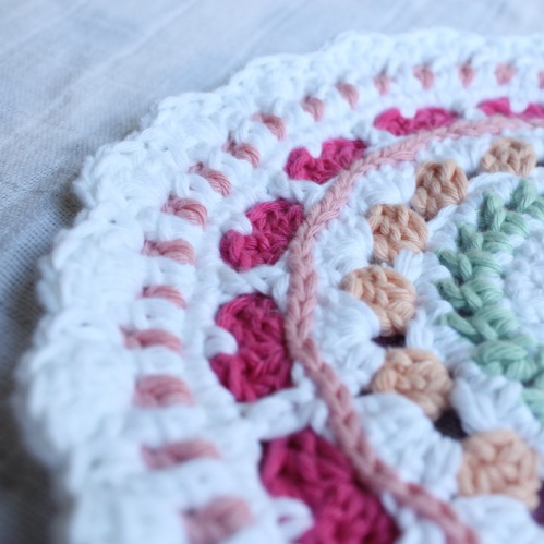 See how it lies flat?  Perfect Summer Hearts Mandala on missneriss.com