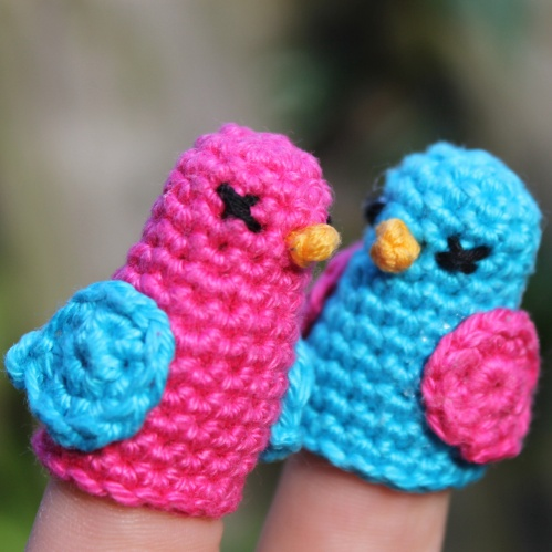 Dickie Bird finger crochet pattern, toddler and adult fingers on missneriss.com