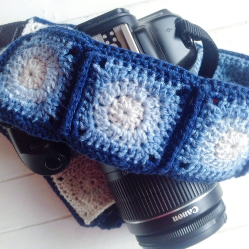 Ombre Mini Granny square camera strap by @missneriss. Check the free photo tutorial at missneriss.com