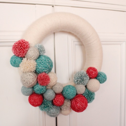 Christmas Wreath for the Scheepjes Christmas Blog Hop - see all ten amazing designs and their free patterns, including how to make this wreath for yourself!