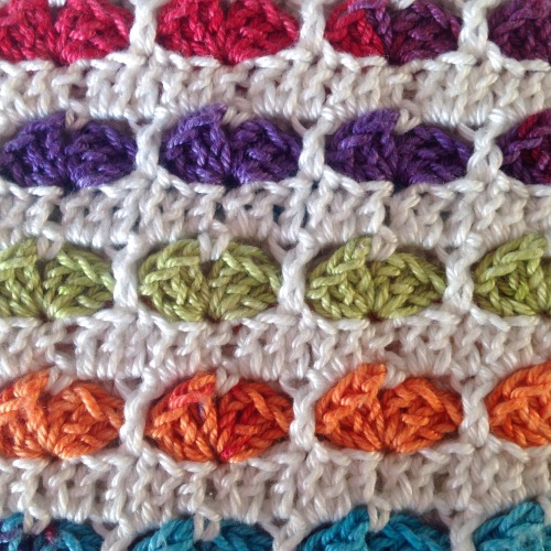 Heart stitch from the front - free crochet tutorial on by @missneriss