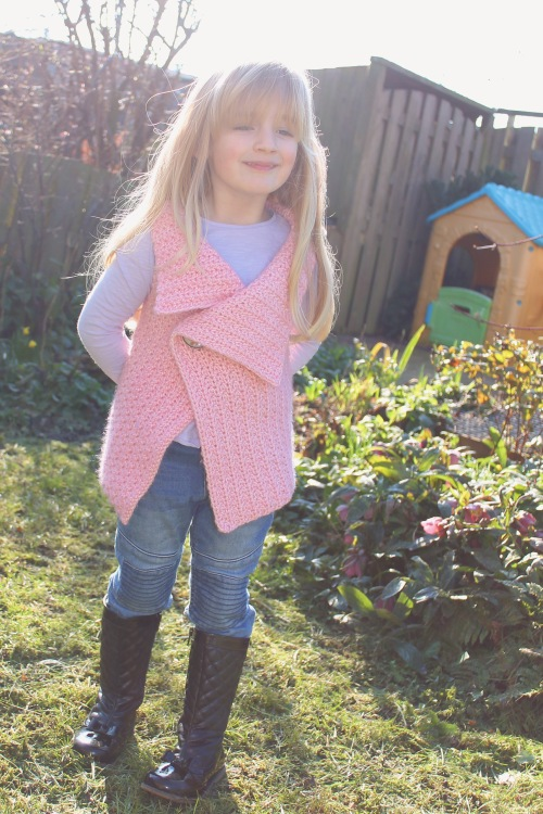 Peek-a-boo button wrap for kids. Using Scheepjes Stone Washed XL, designed by MissNeriss.