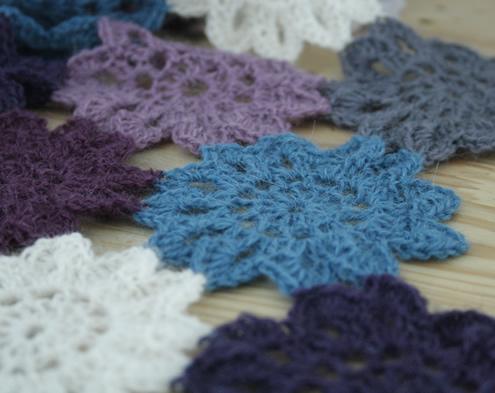 http://happyinred.blogspot.nl/2016/03/crochet-japanese-flower-scarf-in-alpaca-rythm.html