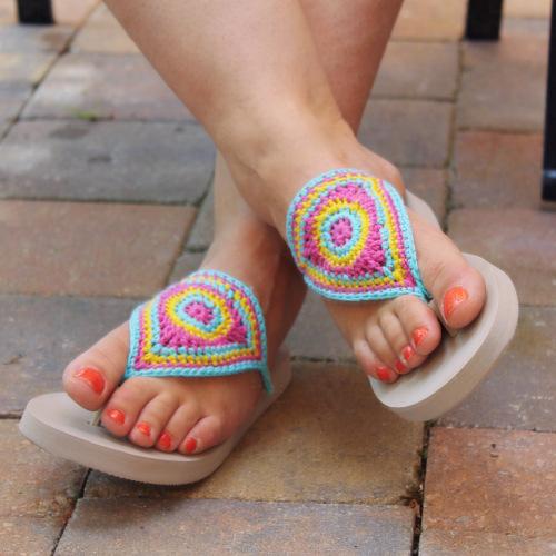crochet flip flops https://missneriss.com/2015/08/07/bloom-flip-flops-free-pattern/